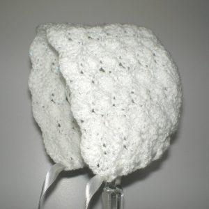 biała czapeczka niemowlęca