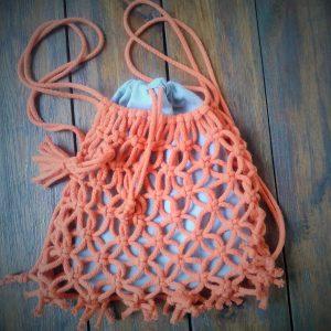 pomarańczowy plecak pleciony makramą