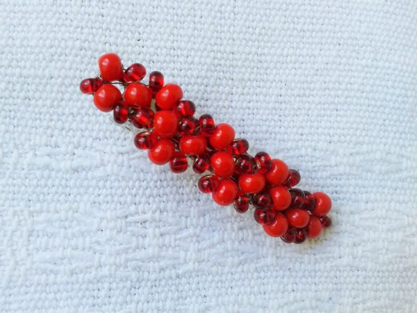 spinka z czerwonymi koralikami