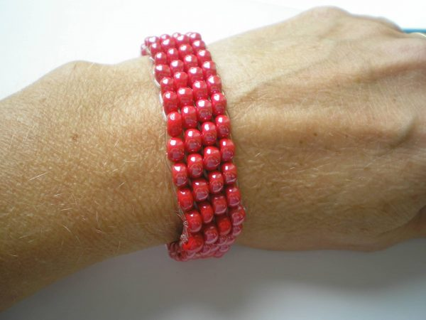 bransoletka z czerwonych koralików