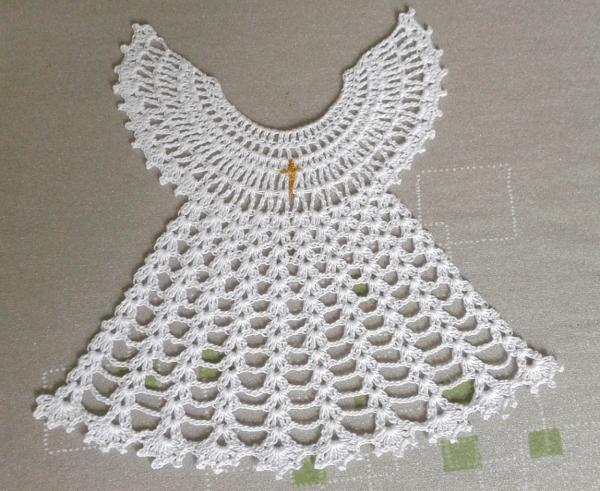 biała szydełkowa szatka na chrzest aniołek