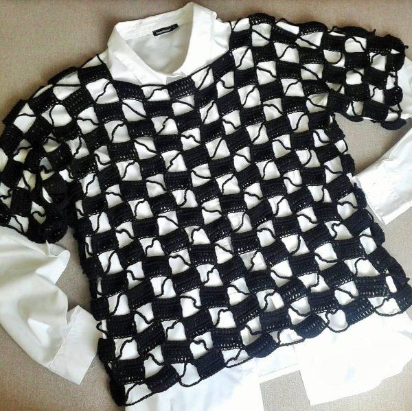 czarna bluza ażur w prostokąty