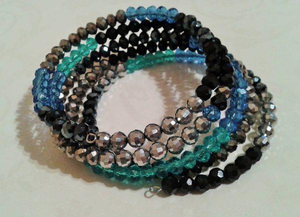 bransoletka spiralna z kryształków czarnych, niebieskich, srebrnych,