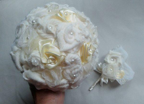 bukiet z tekstylnumi różami kremowy