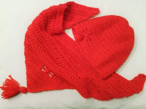 czerwona czapka i chusta z włóczki