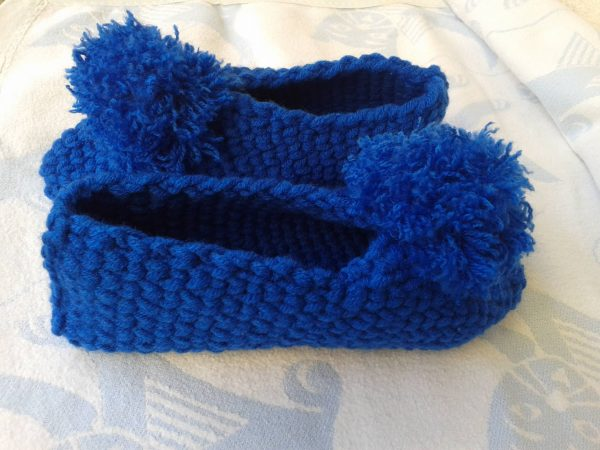 niebieskie kapcie z włóczki z pomponem