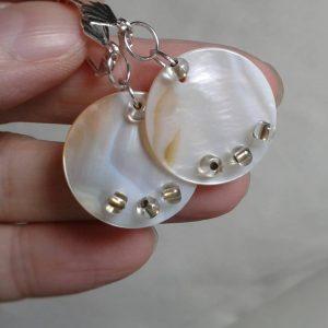 kolczyki koła z beżowej masy perłowej