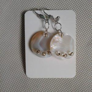 kolczyki wiszące koła z beżowej masy perłowej