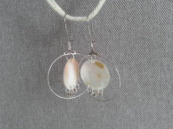 kolczyki z masy perłowej beżowe