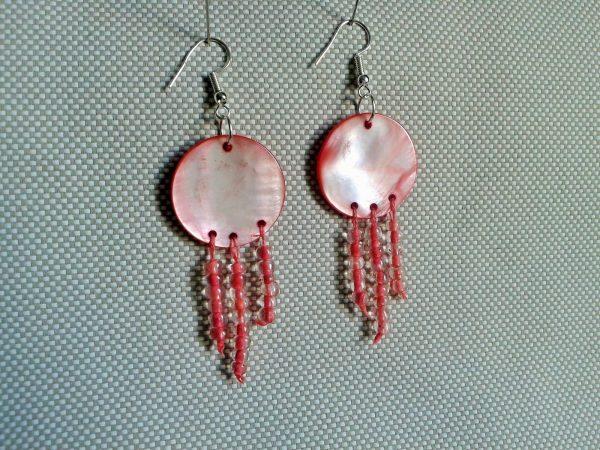 koła z różowej masy rperłowej wiszące kolczyki