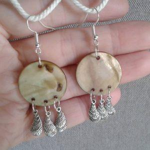 kolczyki koła z masy perłowej z metalowymi piórkami