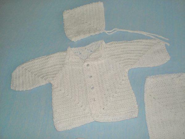 biały szydełkowy sweterek niemowlęcy z czapeczką