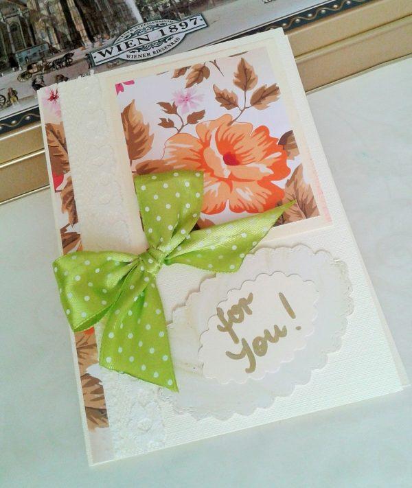 kartka z kwiatem i zieloną kokardą