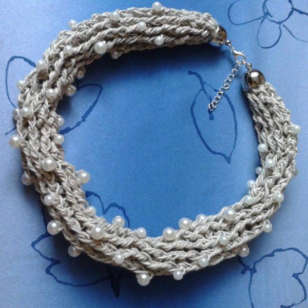 naszyjnik szary, lniany z białymi perłami