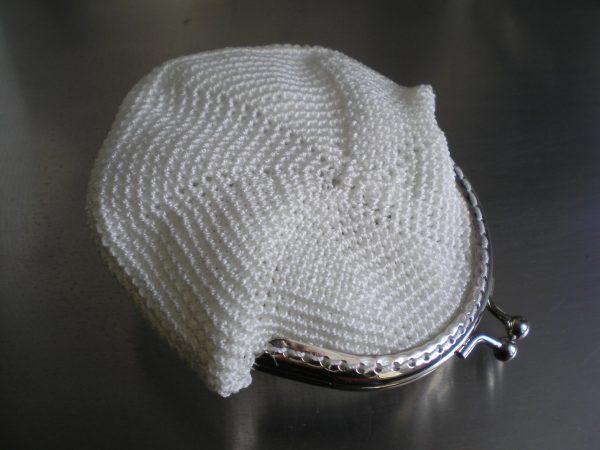 biała portmonetka z koralikami