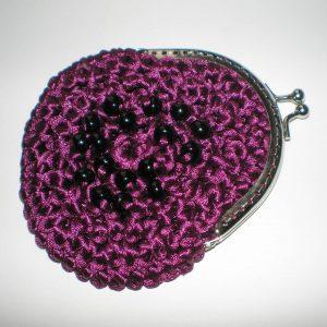 fioletowa portmonetka z czarnymi koralikami