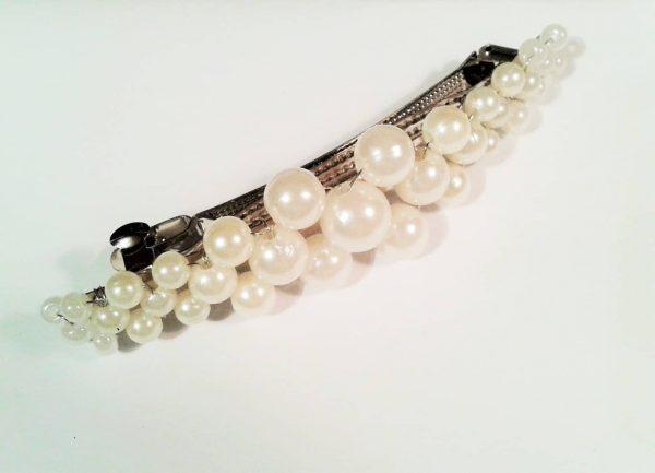 biała spinka do włosów z perełek