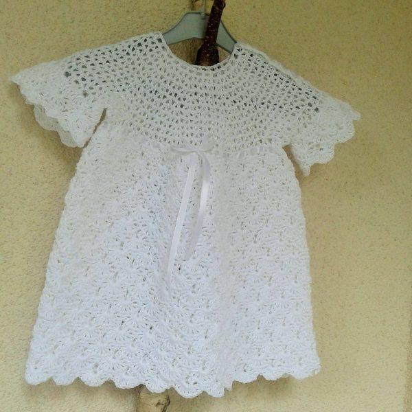 biała sukienka z krótkim rękawkiem
