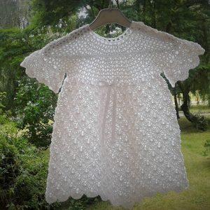 biała dziergana z bawełny sukienka niemowlęca