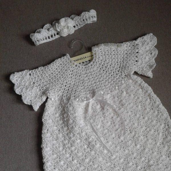 biała sukienka z krótkim rękawkiem z opaską na głowę