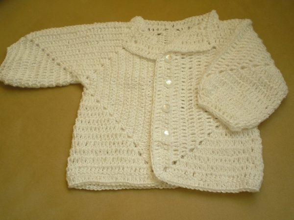 biały szydełkowy sweterek niemowlęcy