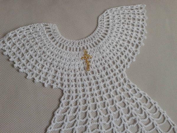 biała szata z krzyżykiem