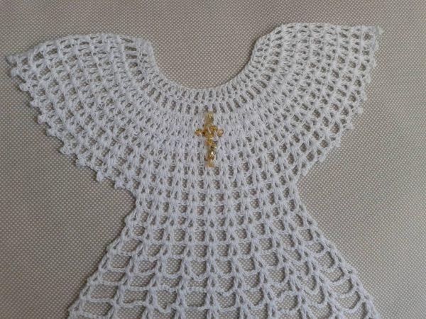 biała szata na chrzest szydełkowana ze złotym krzyżykiem
