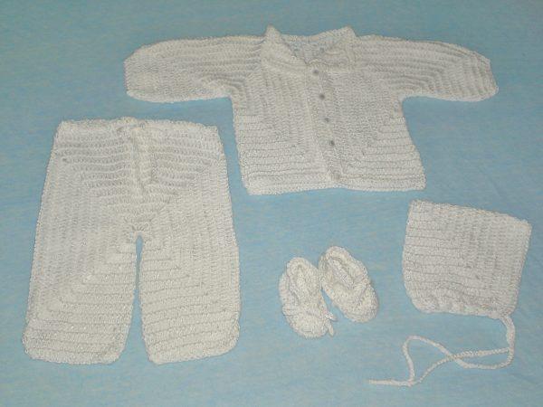 szydełkowe białe ubranko dla niemowlaka