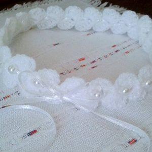 biała opaska na głowę z perełkami