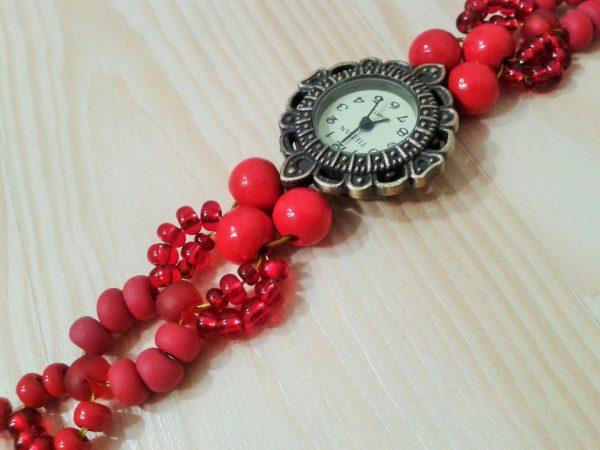 zegarek z czerwoną koralikową bransoletką