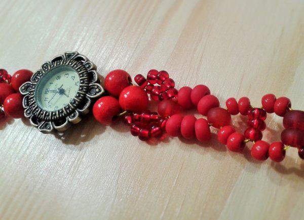 zegarek z czerwoną bransoletka z koralików