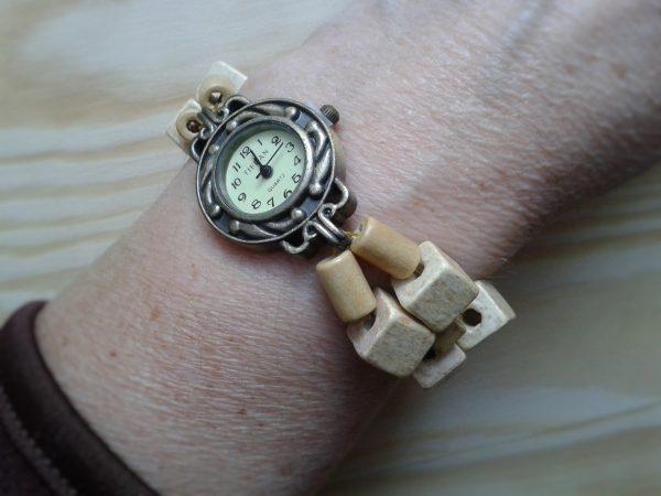 zegarek z drewnianą bransoletka z koralików