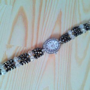 zegarek z cyrkoniami i koralikową czarnobiałą bransoletką