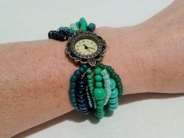 zegarek z zieloną bransoletką z koralików