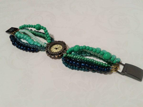 zegarek z zieloną koralikową bransoletką