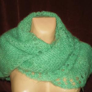 zielona chusta szal na szyi