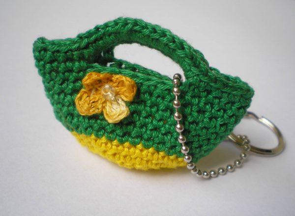 breloczek torebka zielona z żółtym kwiatkiem