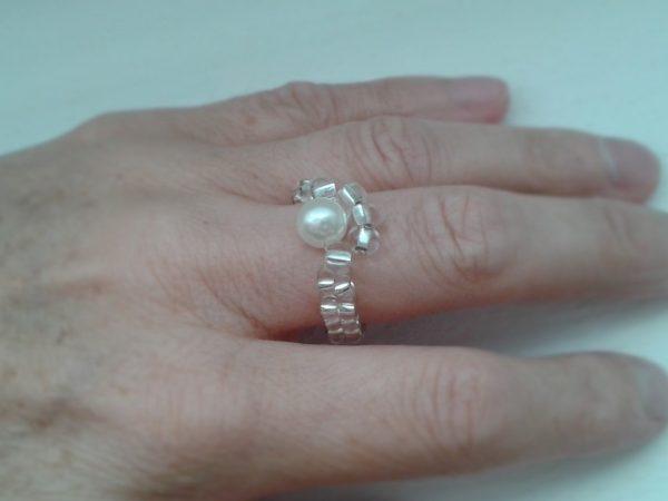 pierścionek koralikowy z białą perełką