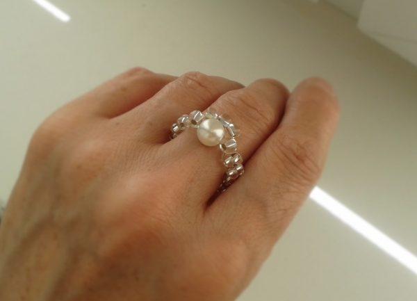 pierścionek z białą perłą