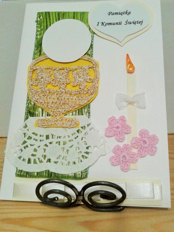 kartka komunijna z szydełkowanym kielichem i kwiatkami