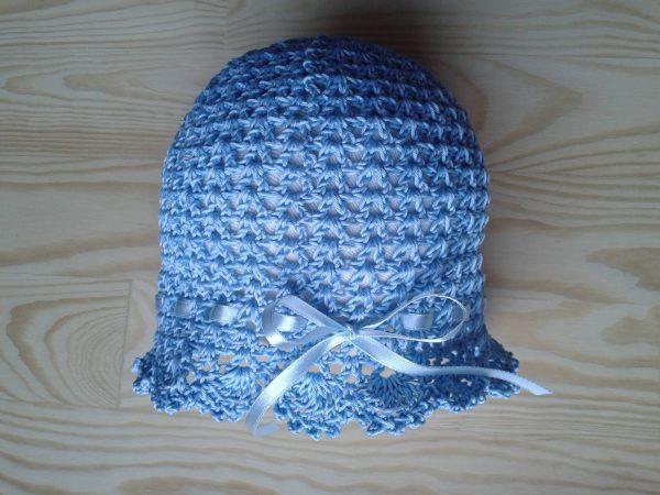 niebieska czapeczka szydełkowa