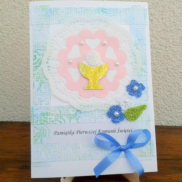 kartka komunijna z niebieskimi kawiatkami szydełkowymi i złotym kielichem