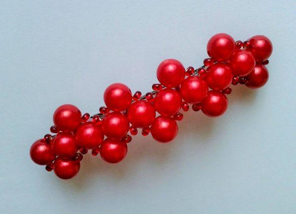 czerwona spinka do włosów z koralików