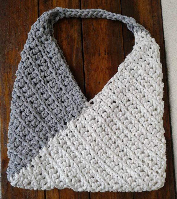 torba ze sznurka szarego i białego