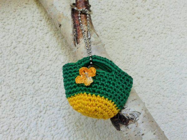breloczek szydełkowa torebka zielono żółta z kwaitkiem