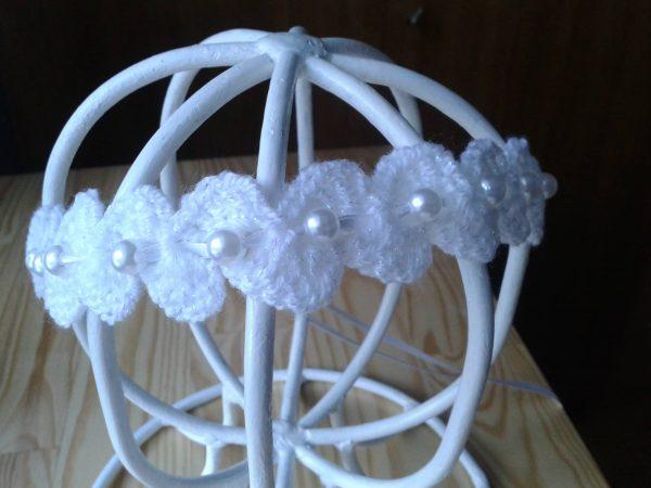 Biała opaska z perełkami