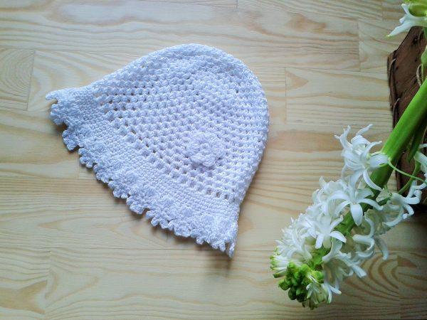 biała szydełkowa czapeczka