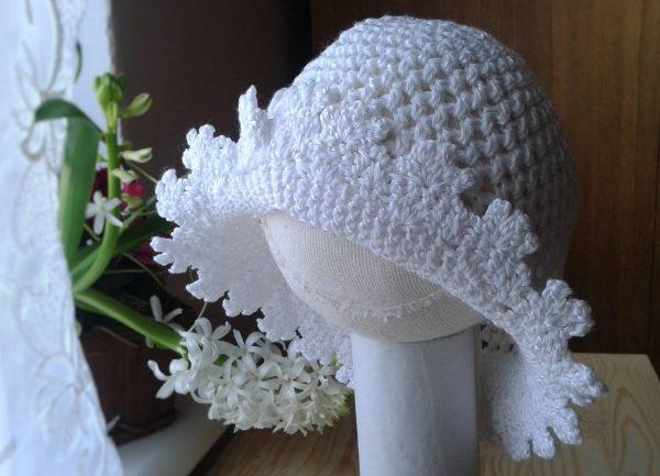 biała ażurowa czapeczka
