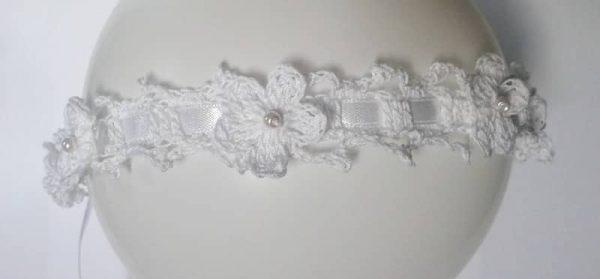 biała opaska z kwiatkami i perełkami
