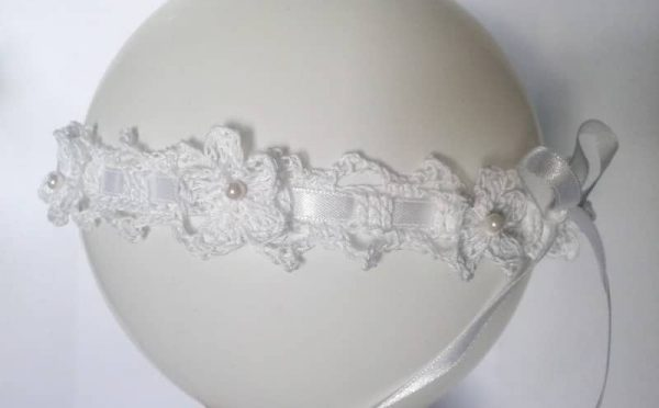 biała opaska szydełkowa z kwiatkami i perełkami